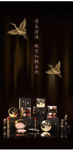 故宫淘宝推出的仙鹤系列眼影、腮红、口红。图片来源:故宫淘宝微信公众号截图