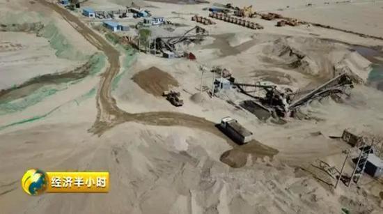村民�以生存的很多�r田都被非法采砂���,部分河道�M目��痍,��地的�h境破��,也�|目�@心。