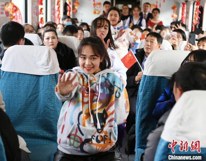 幼批民族门生们为旅客带来歌弯外演 张瑶 摄