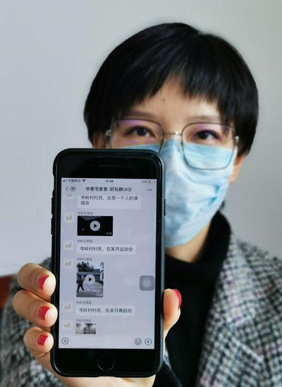 杭州余杭区中泰街道的工作人员展示当地乡村百姓的网上娱乐大舞台。新华社