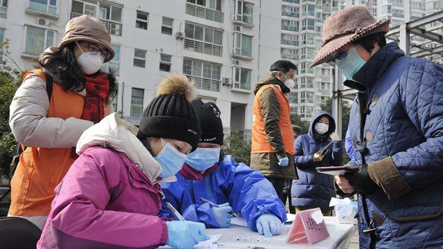 重大疫情面前,民众不仅需要口罩,还需要心理的纾解。新华社