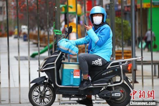 全国人大代外关注外卖骑手等新兴做事提出完善社保机制