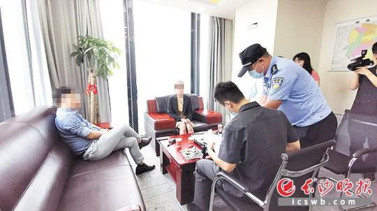 实走法官向该公司法定代外人刘某、涉事员工陈某晓畅情况。长沙晚报全媒体记者 刘树源 摄