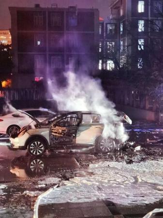 <strong>10月27日晚,一輛EX5于北京市海澱區北四環西路中國科學院力學研究所內發生起火</strong>