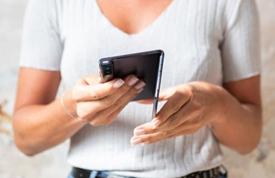 """华为折叠屏手机有望下月上市,与三星正面""""刚""""?"""