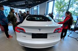 首批国产特斯拉Model 3到店展示 最快明年1月交付