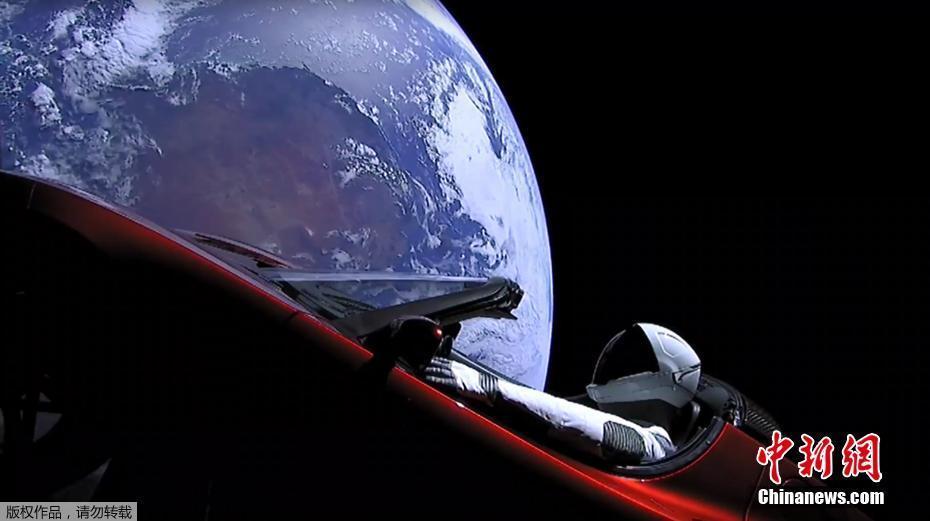 当地时间2月6日,太空探索公司SpaceX试射的猎鹰重型火箭已成功发射升空,将把一辆特斯拉跑车送入绕太阳飞行的轨道。  据悉,这枚猎鹰重型火箭于北京时间2月7日凌晨4时45分,在佛罗里达州的卡纳维拉尔角发射场首次发射试飞。  火箭拥有3个推进器和27个引擎,能够提供超过200万公斤的推力,其运载能力超过了目前国际上所有的现役火箭水平,大约相当于18架波音747飞机。  世界现役最强大的猎鹰重型运载火箭,在猎鹰9号的基础上改造而成,该火箭第一级配备了液体火箭梅林1D发动机,火箭中心部位和两侧助推器各